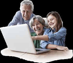 Großeltern und Enkel freuen sich über digitalisierte Erinnerungen