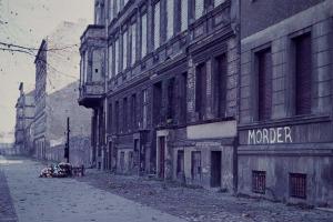 Bild der Bernauer Strasse Richtung Ost-Berlin