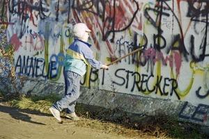 Ein junger Mauerspecht klopft an der Mauer