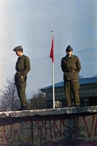 Großaufnahme zweier Grenzposten