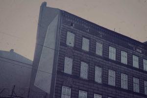 Das Bild zeigt die zugemauerten Fenster an der Bernauer Strasse