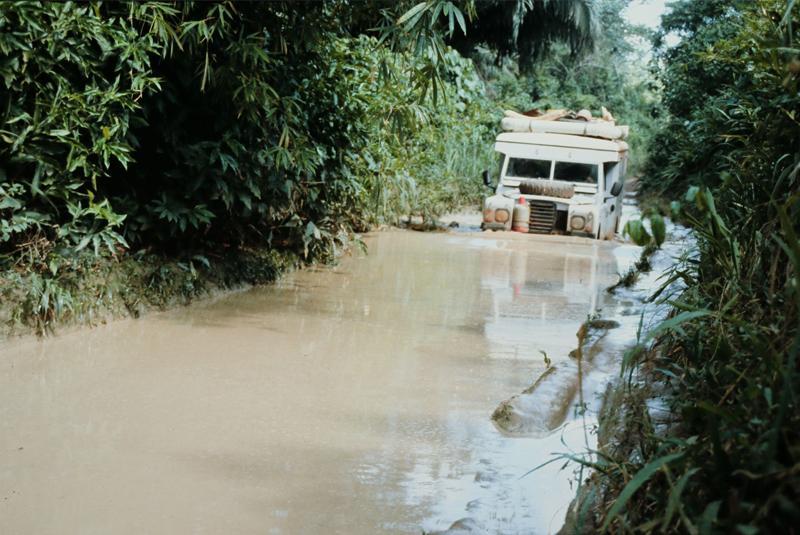 Jeep im meterhohen Schlamm