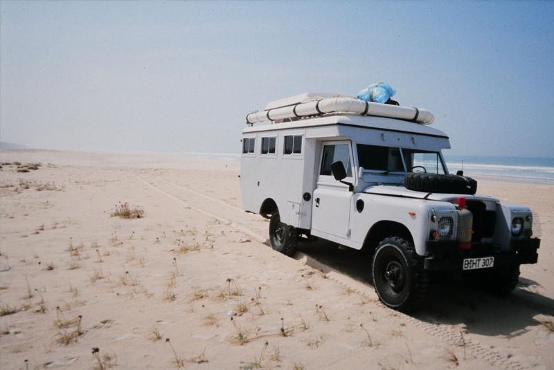 Jeep am Strand vom Indischen Ozean